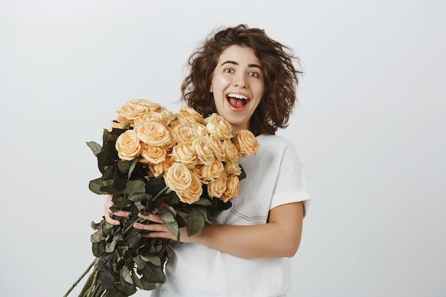 Donna felice sorpresa riceve un bellissimo mazzo di fiori, consegna dal fioraio