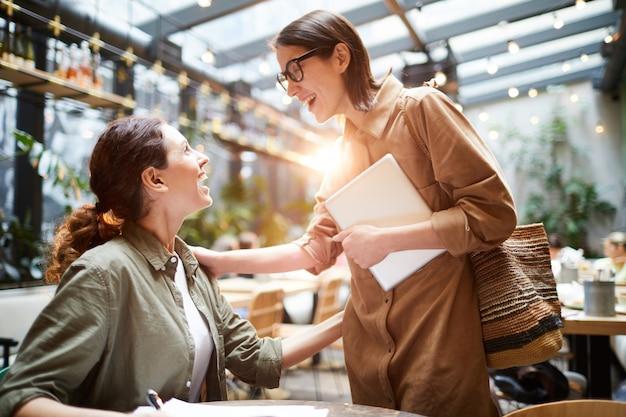 Удивленная леди, натыкаясь на друга в кафе