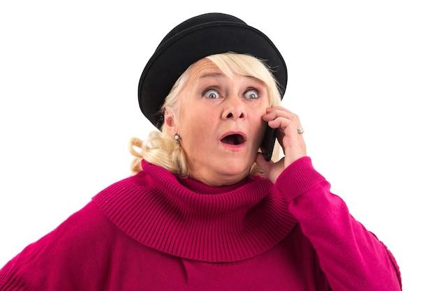 Удивленная дама с мобильным телефоном.