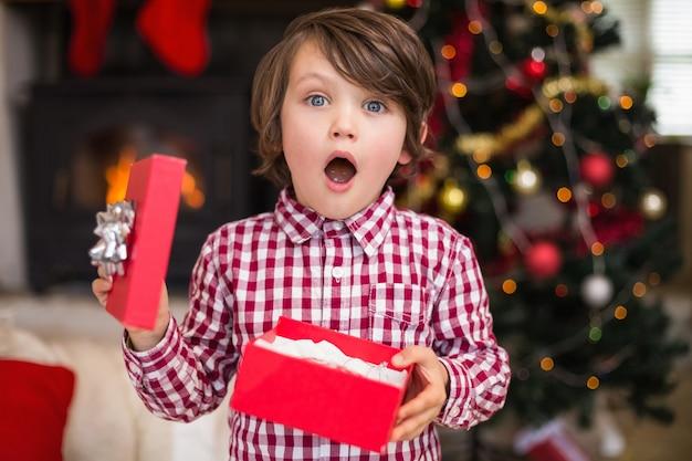ギフトを持っている驚いた小さな男の子