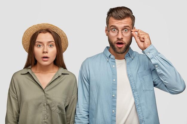 驚いた恋人たちは、完全に信じられないままカメラを見つめ、衝撃的なニュースを聞き、隣同士に立ちます。