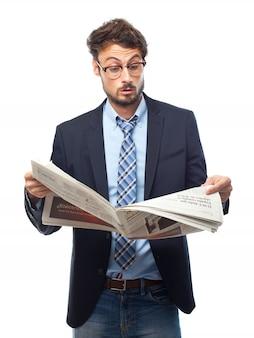 Удивленный человек в костюме, читая газету