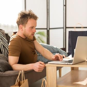 Удивленный человек смотрит на ноутбук