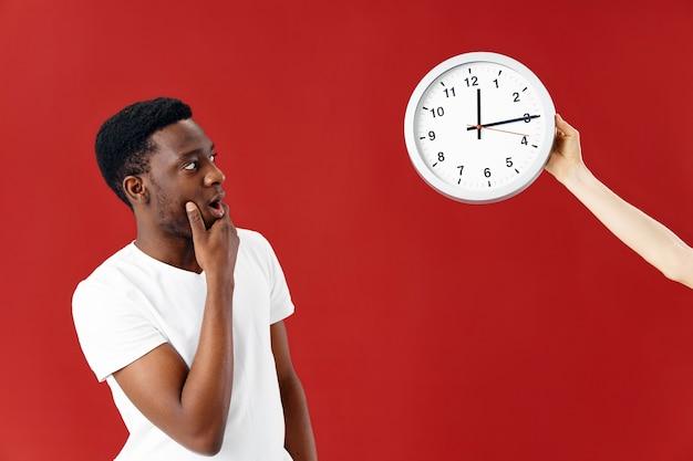 時計スタジオのライフスタイルを見てアフリカの外観の驚きの男