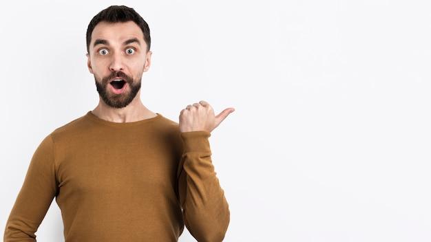 Удивленный человек, указывая прочь