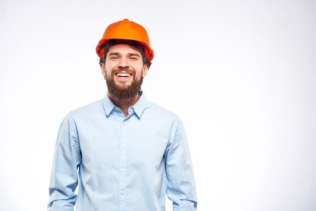 驚いた男は建設業界の防護服で働いています。高品質の写真