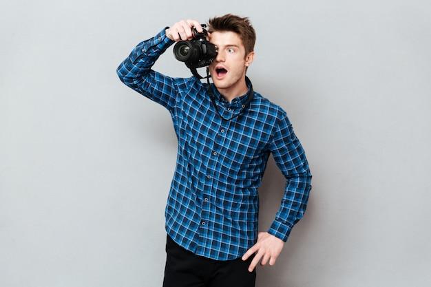 Удивленный фотограф работает изолированно