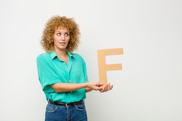 Удивлен, потрясен, поражен, держа букву f алфавита, чтобы сформировать слово или предложение.
