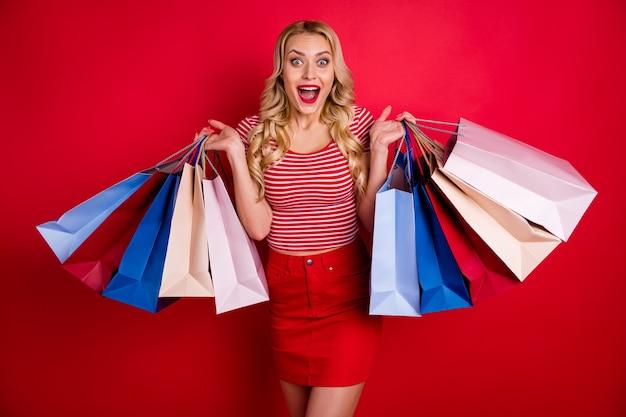 びっくりしたショックを受けた女の子は、多くの購入ホールドバッグを購入することに感銘を受けました