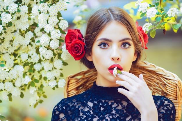손에 흰 꽃과 놀된 스페인 소녀입니다.