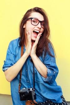 Удивленный подросток с очками и камерой