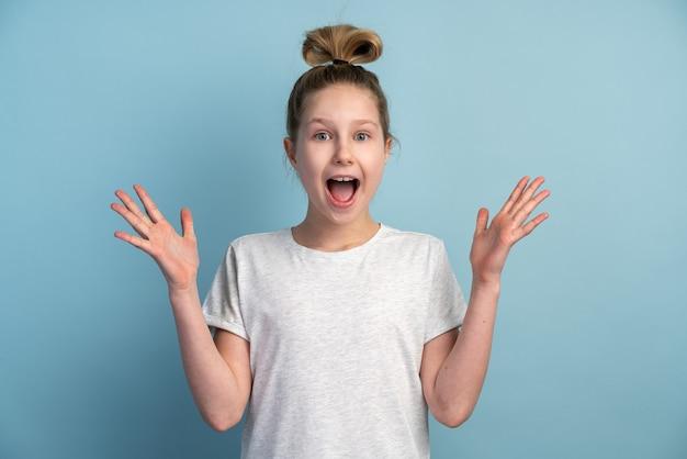 驚いた10代の少女、腕を伸ばした