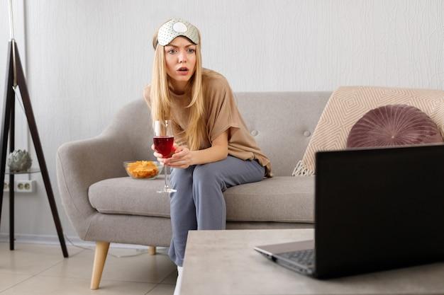 집에서 노트북을보고 놀란 된 여자