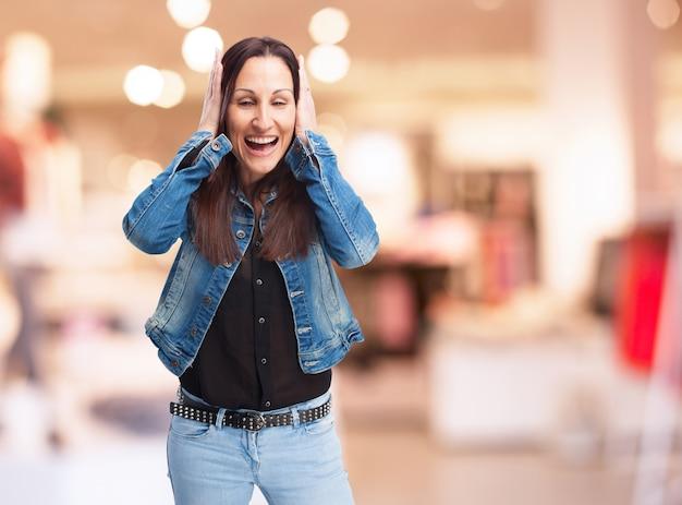 Удивленная женщина закрыла уши