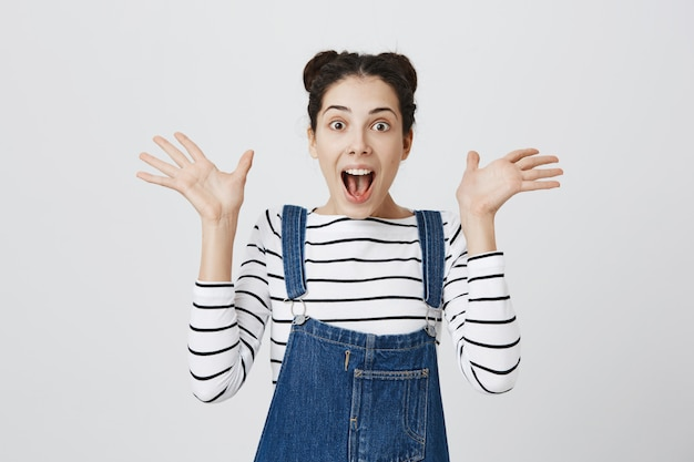 Donna sorpresa che ansima e alza le mani stupita