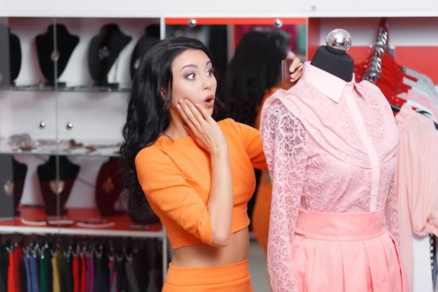 Удивленная женщина в розовом платье