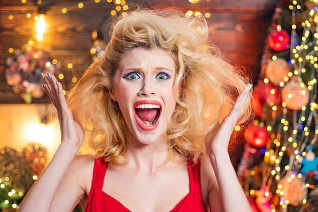 크리스마스에 놀란 된 여자입니다. 미친 코믹한 얼굴. 만화 얼굴을 찡 그리기.