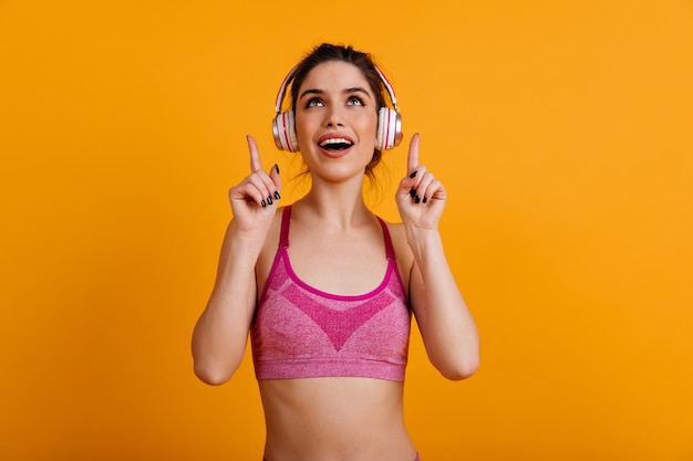 Donna sorpresa in posa durante l'allenamento