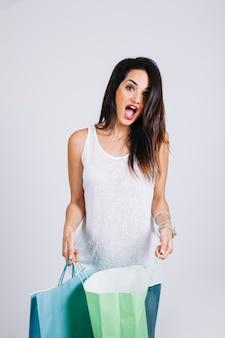Donna sorpresa con borse della spesa