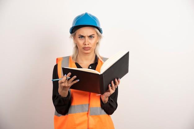 흰색 바탕에 노트북을 들고 놀된 노동자입니다. 고품질 사진