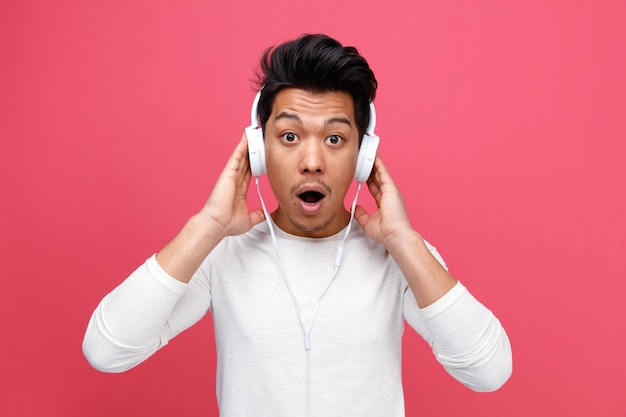 音楽を聴きながら手をつないでヘッドホンをつけて驚いた青年