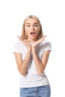 흰색 바탕에 놀란 된 젊은 여자