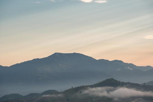 Сюрреалистический пейзаж утреннего туманного .. утренние облака на восходе солнца. пейзаж тумана и гор северного лаоса.