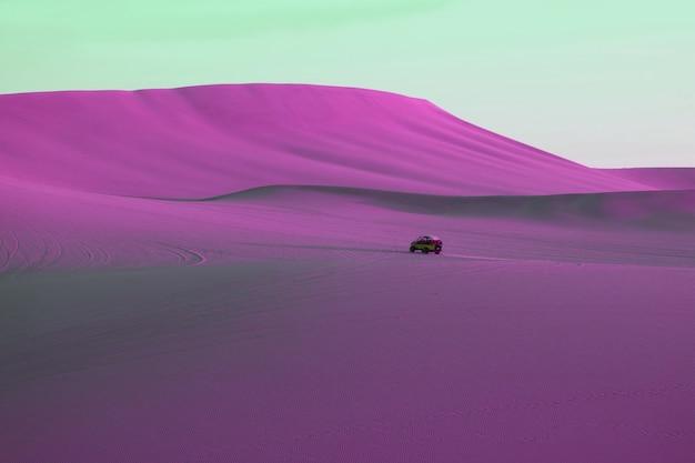 実行中の砂丘バギーとシュールなポップアートスタイルの鮮やかな紫ピンク色の砂漠
