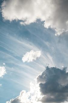 초현실적 인 태양 광선이 폭발처럼 구름을 뚫고 나옵니다.