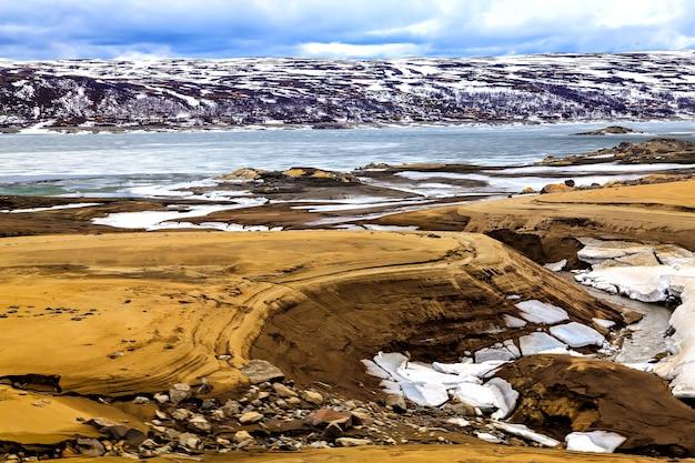 超現実的な風景: スカンジナビアの山、湖、土地