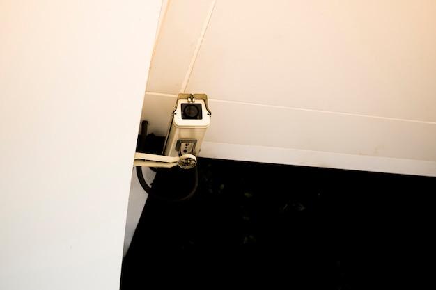 벽에 설치된 감시 카메라