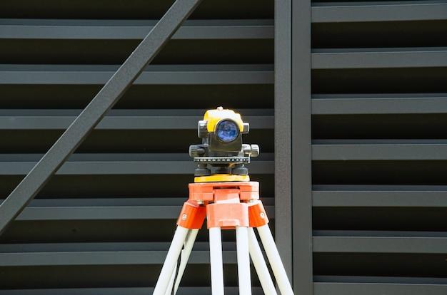 Измерение прохождения уровня измерительного оборудования на штативе на строительной площадке