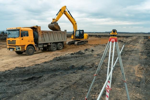 Тахеометр геодезического оборудования или теодолит на открытом воздухе на строительной площадке