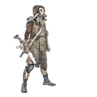 Выживший житель загрязненного ядерной катастрофой или опасным химическим загрязнением мира, в лохмотьях и противогазе, стоя с огнестрельным оружием ручной работы, изолирован на белом фоне студийная стрельба