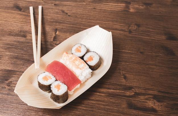 Суши, типичная японская еда, приготовленная на основе риса и различных видов сырой рыбы, таких как тунец, лосось, креветки и морской лещ.