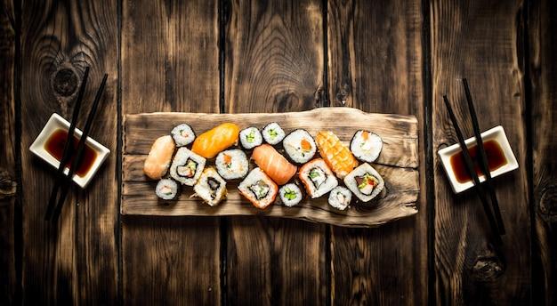 Суши и роллы из морепродуктов с соевым соусом.