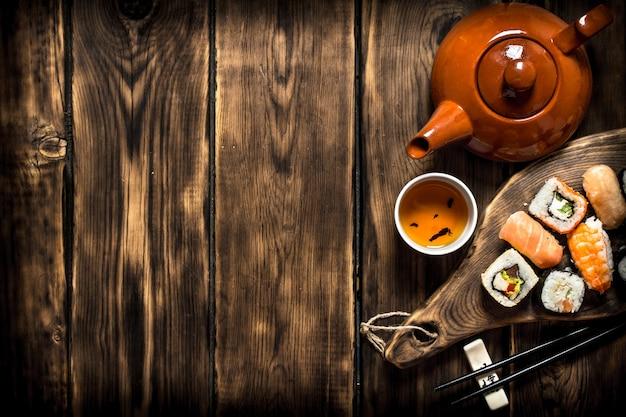 Суши и роллы с травяным чаем.