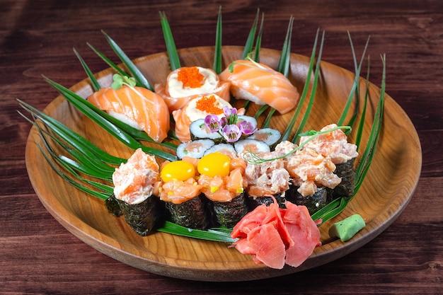 赤い魚とウズラの生卵を添えた寿司とロール
