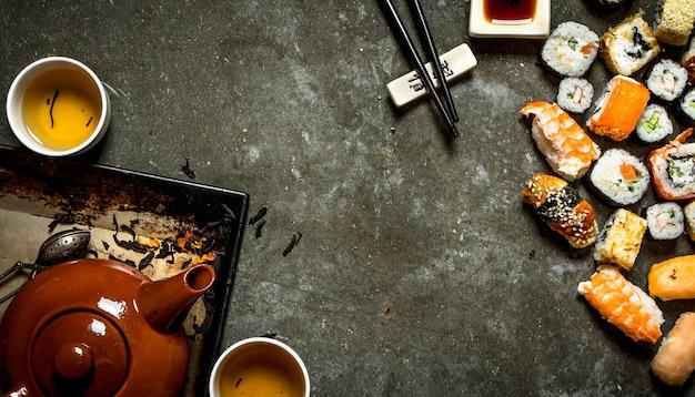 Суши и роллы с чаем