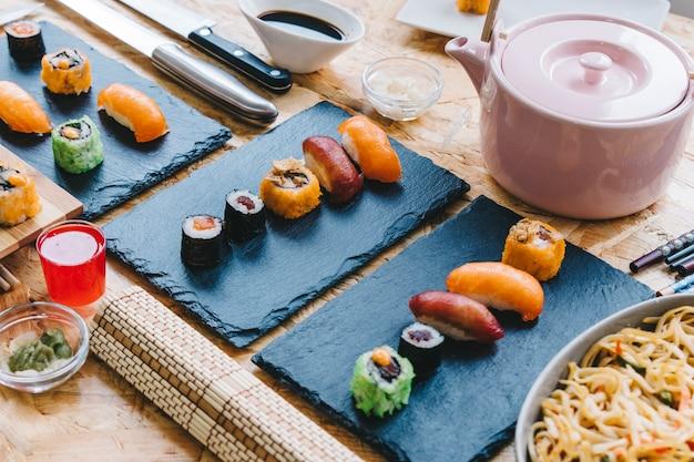 ティーポットの近くの寿司と酒