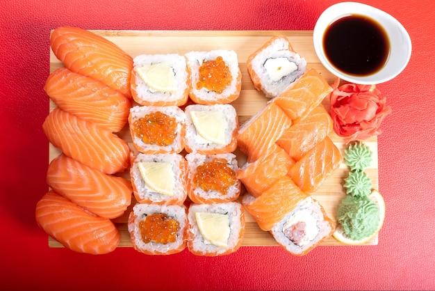 Сет суши и роллов из лосося, филадельфия. с красной икрой. для любых целей.