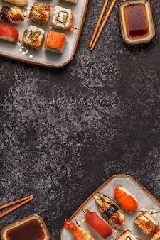 お箸でお寿司と巻き寿司