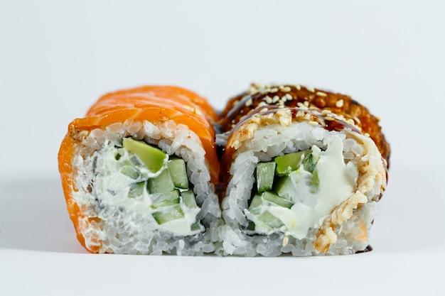 寿司盛り合わせ。アボカド、きゅうりの巻き寿司。サーモンとキャビアの巻き寿司。マグロとキャビアの巻き寿司。明るい背景に。日本食。上から見る