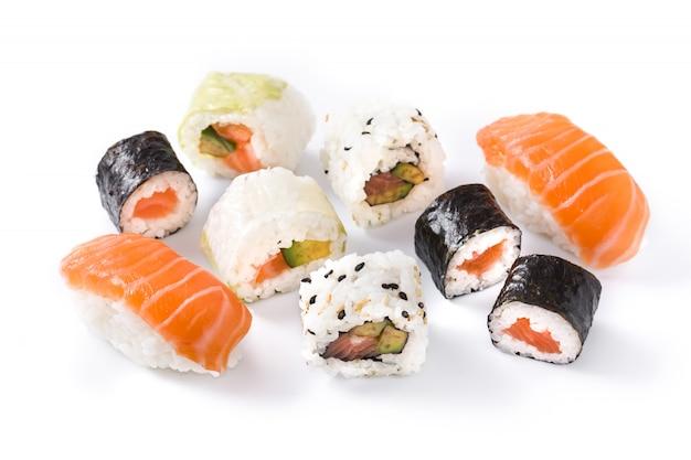 白い表面に分離された寿司の品揃え