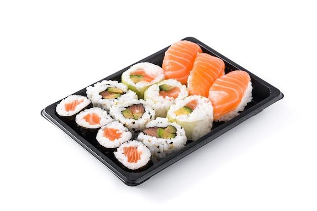 白で隔離される黒のトレイに寿司の品揃え