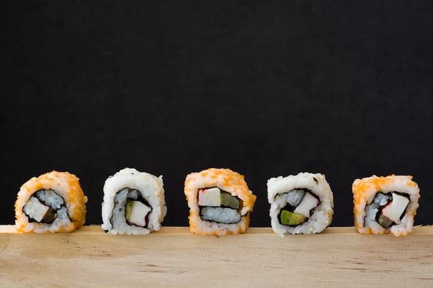 黒の寿司盛り合わせ