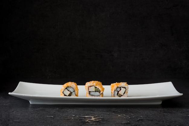 黒の白いプレートに寿司の品揃え