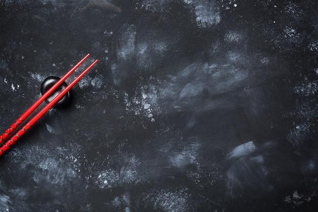 Суши палочками на каменном столе