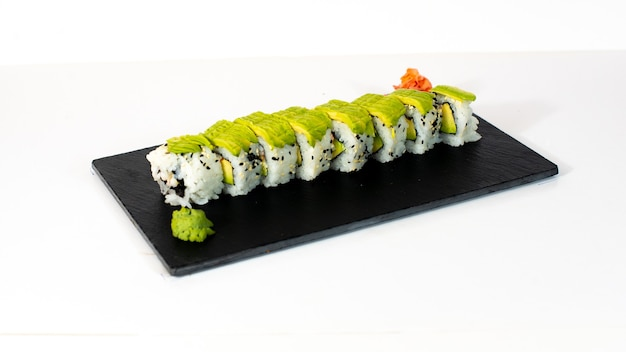 Sushi con aguacate y wasabi