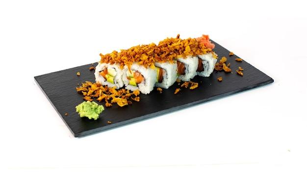 Sushi con salmon aguacate cebolla frita y wasabi